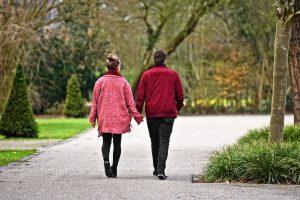 זוג הולכים יד ביד